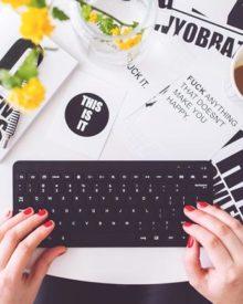 woman-blogger-blogging